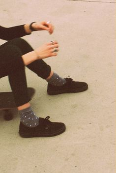 Fancy socks + Black shoes + Black jeans + Black shirt = worth trying out! Source by oievelina shoes Look Fashion, Street Fashion, Fashion Shoes, Womens Fashion, Girl Fashion, Black Vans, All Black Sneakers, Vans Sneakers, Looks Style