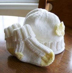 Crochet Baby Hats Darling Darling Baby Hat and Socks - Must Make These - Baby Knitting Patterns, Baby Hats Knitting, Knitting For Kids, Knitting Socks, Baby Patterns, Free Knitting, Knitting Projects, Knitted Hats, Knitted Baby Socks