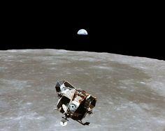 El módulo lunar con los astronautas Neil A. Armstrong y Edwin E. Aldrin Jr. a bordo, es fotografiado desde los módulos de comando y de servicio en órbita lunar, en julio de 1969. El astronauta Michael Collins, piloto del módulo de comando se quedó en orbita mientras sus compañeros exploraban la luna (Reuters)