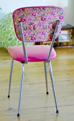 Qui n'a jamais vu ces bonnes vieilles chaises de cuisine en skaï marron vieilli?! Bon, ben moi, quand j'ai emménagé dans mon grand appart, j'ai choisi des chaises comme ça pour ma…