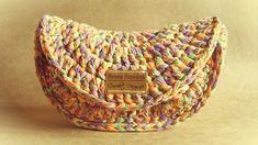 Perfeita para o Verão! Bolsa e/ou Carteira de Mão de Crochê!   Trabalhei com malha nos tons: laranja, roxo e verde e mesclei com linha dou... Crochet Case, Crochet Fabric, Fabric Yarn, Love Crochet, Beautiful Crochet, Crochet Hooks, Knit Crochet, Crochet Patterns, Crochet Handbags