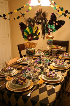 Mardi Gras Dinner Party- not so much the masks.the tablecloth. Mardi Gras Centerpieces, Mardi Gras Decorations, Table Decorations, Mardi Gras Food, Mardi Gras Party, Madi Gras, Festa Party, Masquerade Party, Party Themes