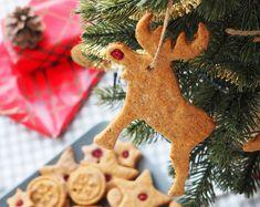 Biscuiti din turta dulce (fara zahar)- reteta de preparat împreuna cu cei mici Biscuit, Christmas Ornaments, Holiday Decor, Cakes, Christmas Jewelry, Mudpie, Biscuits, Cake, Pastries