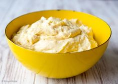 Raikas mango-appelsiinitäyte on monen makuun sopiva kakkutäyte. Levitä täytteen alle sitruunatahnaa ja saat kakkuun vielä aavistuksen lisää sitruksen makua.
