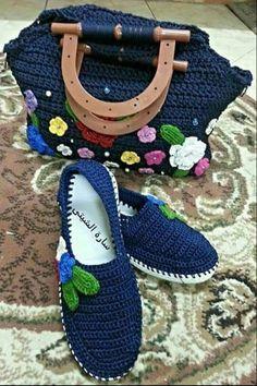 Lovely striped blanket with white between - DiyForYou Crochet Sandals, Crochet Shoes, Crochet Slippers, Bead Crochet, How To Make Slippers, How To Make Shoes, Knitting Designs, Crochet Designs, Converse Slippers