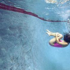 Sport in acqua IMPARARE A DISCONNETTERSI Nuotare in mare aperto è un esperienza molto diversa rispetto all'attività in una piscina, ma le strutture cittadine hanno il vantaggio di permettere di avvicinarci all'acqua anche durante il periodo invernale e, inoltre, rendono più facile un allenamento mirato e intenso. Chi ha praticato il nuoto fin da bambino conosce il fascino esercitato da questi luoghi in cui regna l'acqua. A parte la bellezza o, al contrario, i limiti di alcune strutture, in…