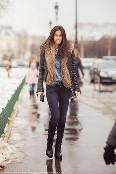 chaleco felpudo , jeans , cuero, chic