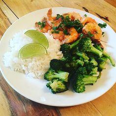 Yummy #organic lunch plate 😻#wildshrimp #shrimp #organicbroccoli #broccoli #organiclimes #limes #organicjasminerice #jasminerice #jasminewhiterice #organiccilantro #cilantro #organiccoriander #coriander #organicgarlic #garlic #oliveoil #organicoliveoil #organictomatoes #tomatoes #organiccayennepepper #cayene #organicpaprika #paprika #himalayansalt #organicfood #organiclunch #pescatarian #glutenfree #intuitiveeating