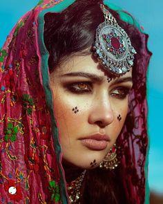 Afghan culture is so lit. Cara Tribal, Beautiful Eyes, Beautiful People, 3d Foto, Afghan Girl, Persian Girls, Afghan Dresses, Afghan Clothes, World Cultures