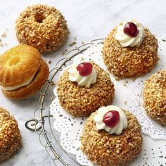 Here comes the Frankfurt wreath in mini format. Perfect for brunch, birthday and picnic! Informations About Frankfurter-Kranz-Mini-Gugel Pin You can Mini Desserts, Summer Desserts, Brunch Party Decorations, Brunch Decor, Brunch Recipes, Cake Recipes, Dessert Recipes, Cupcakes, Kitchen