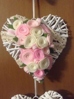 Cuore decorato con rose in feltro