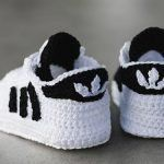 The Crochet Baby Converse Sneakers Free Pattern and Video Tutorial are great to make cute baby booties for new parents or your own baby. Crochet Baby Boots Pattern, Booties Crochet, Crochet Baby Clothes, Crochet Baby Shoes, Crochet For Boys, Baby Booties, Knit Crochet, Crochet Patterns, Knitting Patterns