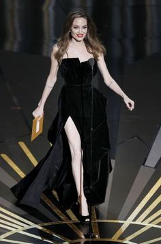 Angelina Jolie ha presentado los premios a mejor guión orginal y adaptado. Todo sobre los #Oscars: http://www.rtve.es/noticias/premios-oscar/