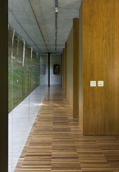 Galeria da Arquitetura | Residência São Luis do Paraitinga - Dotada de extensos panos de vidro nas duas fachadas, esta morada de verão permite admirar a paisagem de dentro ou de fora da casa, através da própria edificação