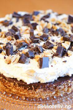Snickerskake | Det søte liv No Bake Snacks, No Bake Desserts, Norwegian Food, Norwegian Recipes, Pudding Desserts, Dessert Drinks, Let Them Eat Cake, I Love Food, Cake Cookies