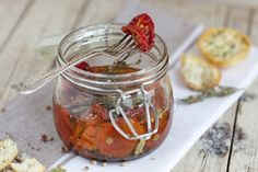 Learn how to make dried tomatoes in oil. Excellent to be enjoyed on slices of toast, they are also perfect to flavor pasta dishes or salads. Olives, Homemade Seasonings, Dried Tomatoes, Eat Smarter, Yummy Eats, Saveur, Copycat Recipes, Pasta Dishes, Street Food