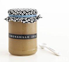 DIY: Syyssato pakettiin – tee itse ruokalahja:: HILLOA HERKKUHETKIIN Omenahillo maistuu lettujen kanssa. Purkin etiketti on tehty dymo-tarrakirjoittimella, leikkaa kannen päälle kangaspala. Keraaminen mittalusikka 5,40 e / 3 kpl setti (Chez Marius).