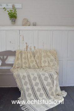 Gratis haakpatroon oma's sprei - Echtstudio Gratis haakpatroon oma's Granny Square Quilt, Granny Squares, V Stitch Crochet, Plaid Blanket, Afghan Crochet Patterns, Throw Pillows, Quilts, Crafts, Afghans