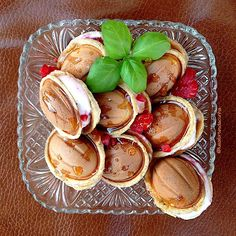 My Casual Brunch: Pequenas conchas feitas com massa das waffles e recheadas com iogurte grego e framboesas