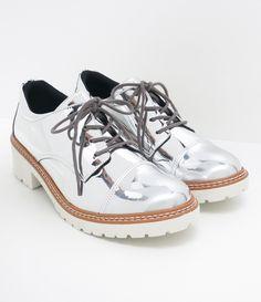 Sapato feminino  Metalizado  Com sola branca  Marca: Satinato     COLEÇÃO VERÃO 2017     Veja outras opções de    sapatos femininos.           Sobre a marca Satinato     A Satinato possui uma coleção de sapatos, bolsas e acessórios cheios de tendências de moda. 90% dos seus produtos são em couro. A principal característica dos Sapatos Santinato são o conforto, moda e qualidade! Com diferentes opções e estilos de sapatos, bolsas e acessórios. A Satinato também oferece para as mulheres tudo…