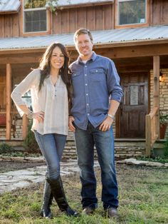 The Fixer Upper is one of my favorite HGTV shows. This is an amazing couple that remodels homes.would love to have them at my house! Joanna and Chip Gaines. Gaines Fixer Upper, Fixer Upper Joanna, Magnolia Fixer Upper, Magnolia Joanna Gaines, Joanna Gaines Style, Chip And Joanna Gaines, Fixer Upper Season 2, Fixer Upper Tv Show, Magnolia Mom