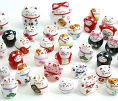 All types of cute little manekineko. I'll even take things with manekineko motifs, like chopsticks, teacups, etc.