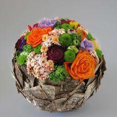 Smukt eksempel på at skål og dekoration smelter sammen i en helhed. Art Floral, Deco Floral, Floral Design, Ikebana, Fleur Design, Corporate Flowers, Flower Ball, Floral Bouquets, Flower Decorations