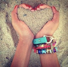 Cute beach photo idea, can I get my hub to take it? :) photography Fun & Creative Ideas for Beach Pictures Summer Pictures, Cool Pictures, Cool Photos, Creative Beach Pictures, Cute Beach Pictures, Cute Pics, Sand Pictures, My Photos, Photo Instagram
