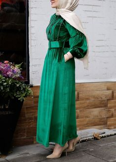 Velveted Velvet Romantic Dress – Green The clothing culture is quite old. Possibly the oldest and uninterrupted cultural behavior of … Simple Dress Casual, Casual Summer Dresses, Classy Dress, Simple Outfits, Simple Dresses, Casual Dresses For Women, Casual Teen Fashion, Hijab Trends, Muslim Fashion