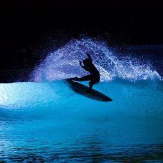 Night surfing at Wavegarden