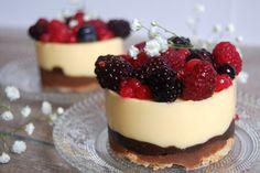 Tarte chocolatée, dacquoise, praline, crème au chocolat blanc et fruits rouges