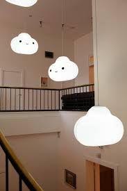 ILUMINACIÓN. Estas lámpara, que imitan nubes, son preciosas. Son elementos muy simples y sencillos que aportan a los vestíbulos de planta calidez y diversión. Tienen 3 bombillas tipo Led que generan iluminación blanca de muy bajo consumo.