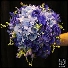 Blå brudbukett. Handbunden med blåklint, riddarsporre och hortensia.