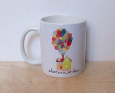 Perfetto per il caffè e la rende un incredibile regalo per un amico o una persona cara!  :: Seguire noi e inviare il tuo AUTOSCATTI con il tuo elementi:: _ INSTAGRAM: @nevertooyoungshop _ Sito Web: www.nevertooyoungshop.com _ Abbigliamento negozio: www.ntysapparel.etsy.com  :: PROGETTAZIONE:: _ avventura è là fuori _ Mai troppo giovane negozio di design originale   :: INFORMAZIONI:: _ Tazza di caffè contiene 11 once (4 pollici) _ Tazza è da Cina e mano premuta da me _ Design è solo sulla…