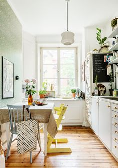 awesome Two lovely Swedish kitchen tours (my scandinavian home) Swedish Kitchen, Scandinavian Kitchen, New Kitchen, Family Kitchen, Swedish Home Decor, Happy Kitchen, Minimalist Scandinavian, Scandinavian Interior, Kitchen Interior