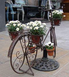Bicicleta antiga by Santinha - Casas Possíveis, via Flickr