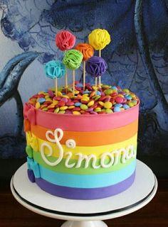 gâteau anniversaire Arc-en-ciel avec sucettes et bonbons