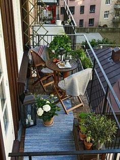 ideas para decorar el balcón pequeño, dos sillas con mesa de madera, plantas