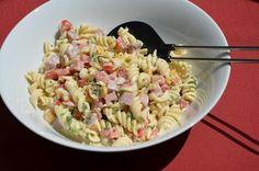 Deze heerlijke zomerse koude pastasalade is zo klaar en lekker bij de BBQ. Deze heb ik vanmorgen gemaakt en nog even in de koelkast gezet ...