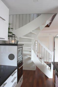Vit stilren trappa i enkel design Stairs, Loft, Bed, Inspiration, Furniture, Design, Home Decor, Biblical Inspiration, Stairway