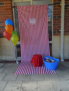 Add this to your party ideas Emily.Awesome backdrop idea for a photo booth. Change the theme for each party. Each guest takes a picture with the birthday child and the picture is sent later in the thank you notes. Circus Carnival Party, Circus Theme Party, Carnival Birthday Parties, Carnival Themes, Circus Birthday, Birthday Fun, First Birthday Parties, Party Themes, Safari Theme