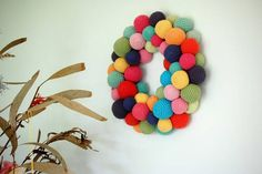 I love this colorful crochet ball wreath from Greedy for Colour #christmas #crochet