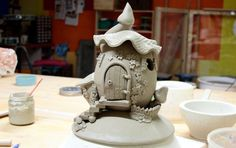 Neuheit für den Herbst. Ein Keramik Hügelhäuschen für die gesamte Wichtelfamilie. Es muss jetzt 2-3 Wochen trocknen und wird dann gebrannt. Fortschritte werden folgen.