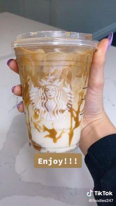 Iced Starbucks Drinks, Bebidas Do Starbucks, Iced Caramel Macchiato Starbucks, Caramel Frappe Recipe, Secret Starbucks Recipes, Latte Recipe, Starbucks Coffee, Yummy Drinks, Yummy Food