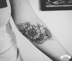 Super ideas for tattoo small sunflower ink Delicate Tattoo, Subtle Tattoos, Trendy Tattoos, Cool Tattoos, Tatoos, Sunflower Tattoo Shoulder, Sunflower Tattoo Small, Sunflower Tattoos, Mini Tattoos