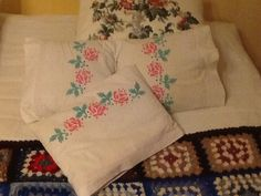 I found an amazing beautiful pillowsheet from reuse market and because it was too big for any pillows I had I cut it in four small parts and made these little pillows. There was a beautifyl lace ornament on it and I add some handpainted roses there. Love them !
