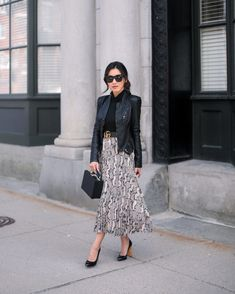 Extra Petite - Fashion, style tips, and outfit ideas Printed Skirt Outfit, Midi Skirt Outfit, Printed Skirts, Super Petite, Extra Petite Blog, Moda Petite, Black Leather Jacket Outfit, Fashion Models, Fashion Outfits