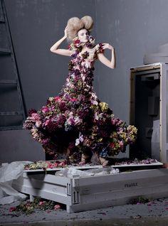 EDITORIAL DA REVISTA VOGUE  - Pesquisa Google Na capa de maio da revista Vogue americana (A Bíblia da Moda) tem Reese Witherspoon e nas páginas do editorial, uma homenagem a Alexander McQueen, ...