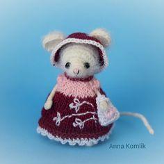 Давно я мышек не вязала. Знакомьтесь. Рост 5см. Стоит самостоятельно опираясь на хвост. Голова подвижна. Платье, шляпка и сумочка снимаются. #амигуруми #ручнаяработа #вязаниекрючком #игрушка #вязаныеигрушки #handmade #amigurumis #рукоделие #хобби #своимируками #идеи #мышка #miniature #сделанослюбовью #weamiguru #миниатюра #крючок #hobby #handcrafted #творчество #hobbycraft #вяжутнетолькобабушки #fabbyfeed #toys_gallery #ялюблювязать #мастеркрафт