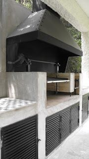 Browse thousands of outdoor kitchen ideas and find inspiration for designing the perfect outdoor kitchen. Save your favorite outdoor kitchen designs to a collaborative ideabook and kick off your outdoor kitchen project. Simple Outdoor Kitchen, Rustic Outdoor Kitchens, Outdoor Kitchen Design, Outdoor Fire, Outdoor Living, Parrilla Exterior, Casa Patio, Bbq Area, Grill Design
